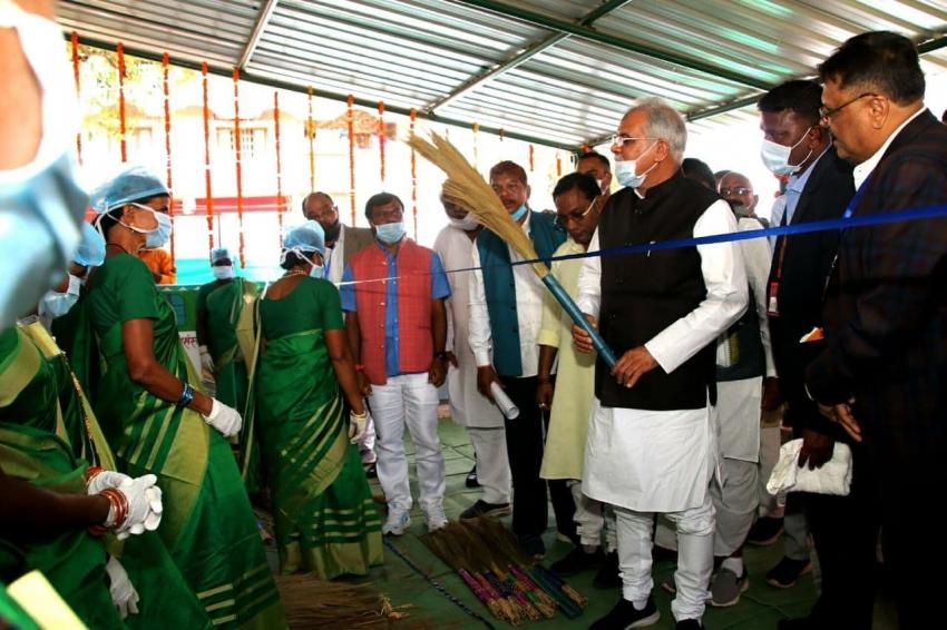 जिससे देश की राजधानी दिल्ली हो रही चकाचक, मुख्यमंत्री के हाथों में दिखी माड़ की वही झाड़ू