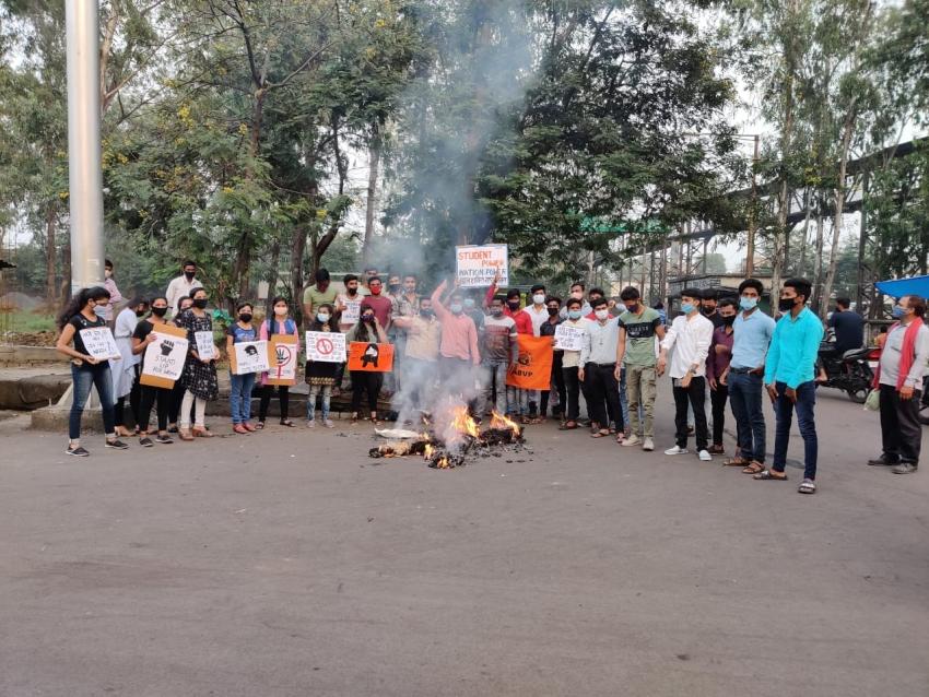 अखिल भारतीय विद्यार्थी परिषद ने दुष्कर्मियों का पुतला फूंका.
